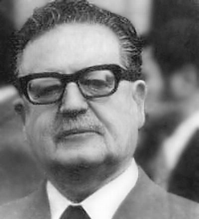 """""""Colocado en un tránsito histórico, pagaré con mi vida la lealtad al pueblo"""". Fuente: Último discurso de Salvador Allende, 11 de septiembre de 1973."""